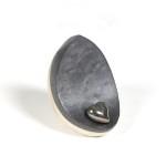 mimi urn dakri wit zwart