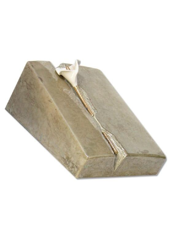 urn keramiek lelie in steen