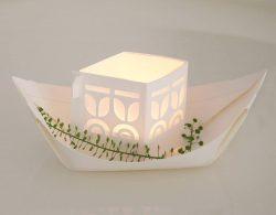 mini urn witte varende lichtbootjes van papier