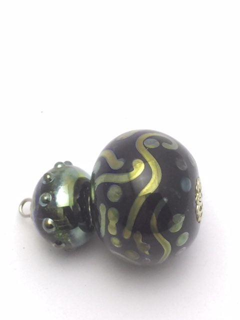 As in glas sieraad zwart met groene holle bol