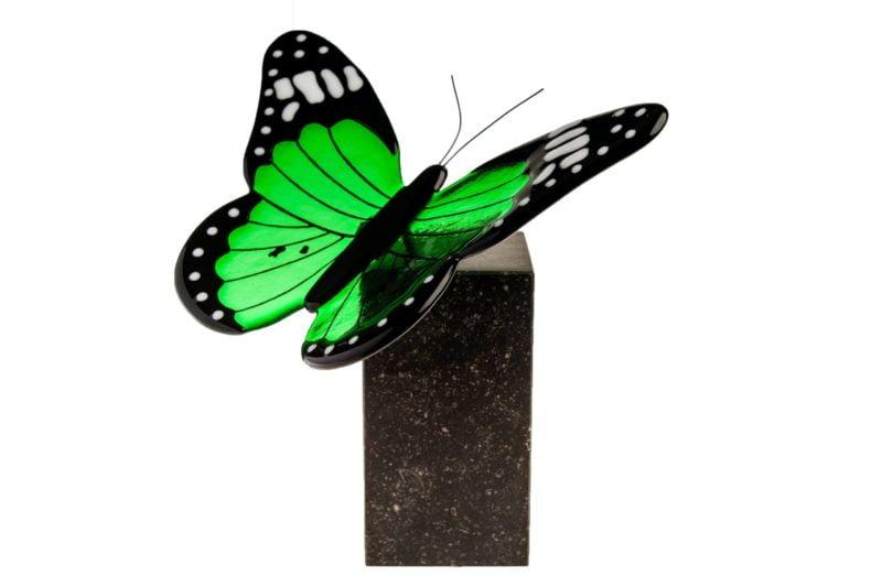 glazen vlinder urn op hardsteen sokkel