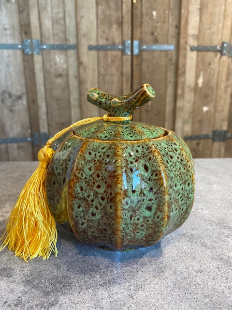 pompoen urn keramiek met kwast